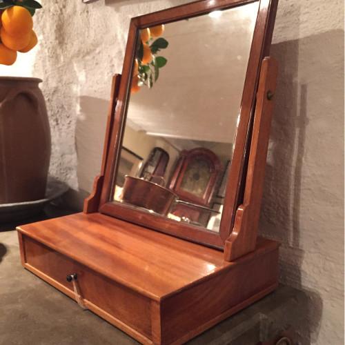 Sengustaviansk rakspegel i mahogny signerad Johan Magnus Beurling IMB mästare i Stockholm och Norrköping 1750-1808.