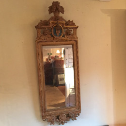 Förgylld gustaviansk spegel från 1780-90-talet. Stockholmsarbete.