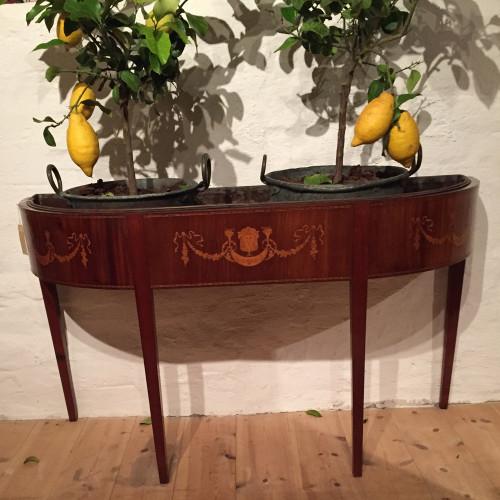Blombord i mahogny. Empirestil, troligtvis från sent 1800-tal alternativt tidigt 1900-tal.