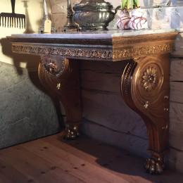 Förgyllt konsolbord med carraramarmorskiva. Empire c:a 1815-1820. Stockhomsarbete.