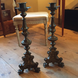 Ett par försilvrade altarljusstakar från 1700-talets första hälft. Senbarock.