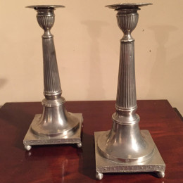Ett par sengustavianska tennljusstakar från sent 1700-tal alternativt tidigt 1800-tal.