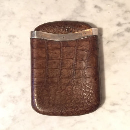 Cigarretui i krokodilskinn med silvermontering från tidigt 1900-tal.