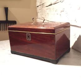 Skrin i mahogny med silverbeslag daterade 1816.