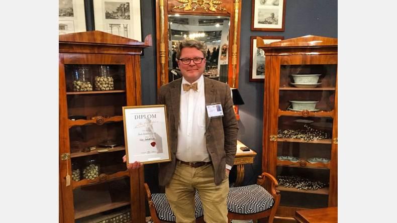 Niklas Helms som driver antikvitetshandel i Vassunda är Årets antikhandlare. Han fick priset i samband med Antikmässan i helgen som gick.